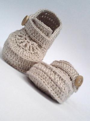 A413 Sapatinho de croche de bebe bege menino masculino botao