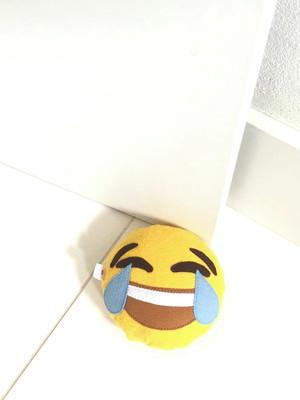 Pesinho para porta em feltro emoji chorando de rir *