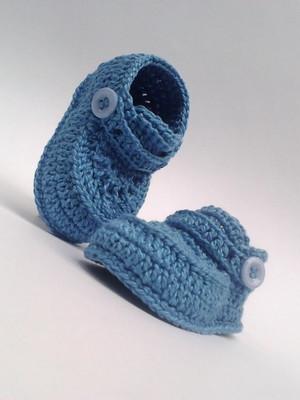 A86 Sapatinho de croche azul de menino