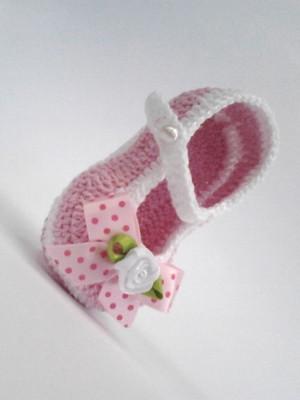 A293 Sapatinho de croche rosa menina