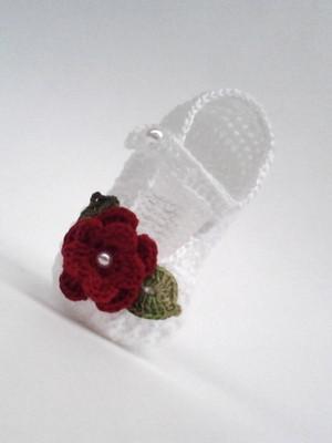 A370 Sapatinho de croche de bebe branco menina flor e perola
