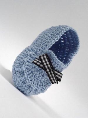 A427 Sapatinho de Croche de Menino azul bebe lacinho xadrez