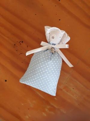 sachê perfumado - poá azul com pingente de anjinho