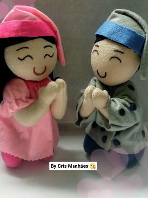 Boneco menino e menina orando / rezando