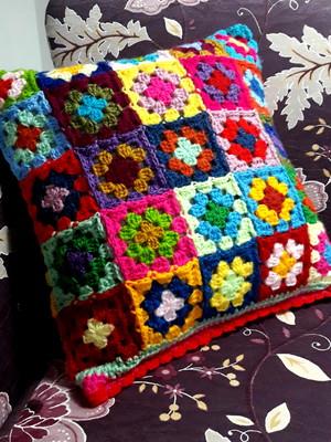 Almofada em quadradinhos de crochet