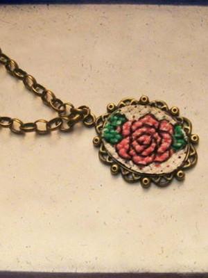 Colar Vintage Bordado Ponto Cruz Rose