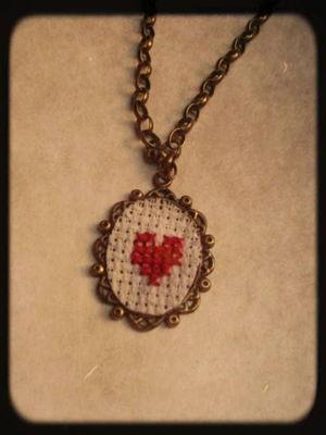 Colar Vintage Bordado Ponto Cruz Heart