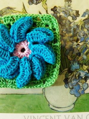 Flor em crochet pétalas dobradas