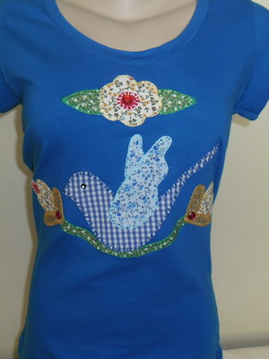 Camiseta -pássaro e flores