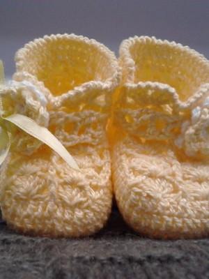 A19 Sapatinho de croche amarelo feminino
