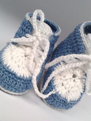 A15 Sapatinho de croche azul de menino