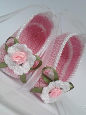 A184 Sapatilha de croche rosa de menina