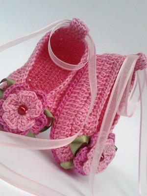 A123 Sapatinho de croche rosa menina