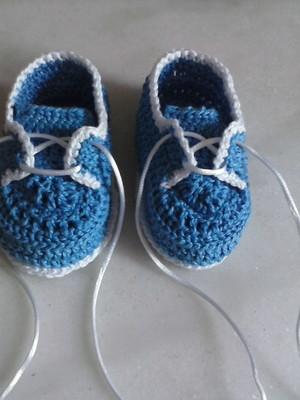 A104 Sapatinho de croche azul menino