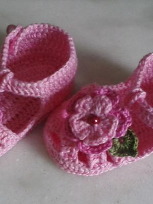 A117 Sandalinha de croche rosa de menina