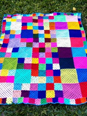 Colcha colorida com muitos quadrados