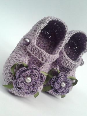 A72 Sapatinho de croche lilas de menina
