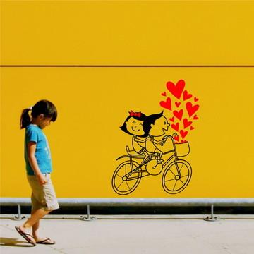 adesivo parede casal namorados bicicleta