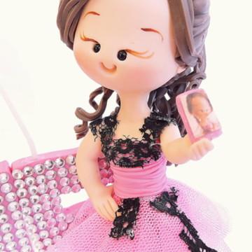 Debutante com celular vestido rosa