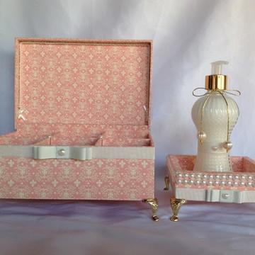 Caixa decorativa com pezinhos acompanha mini bandeja