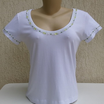 88ef285599 Camiseta de Santa Bordada em Pedraria