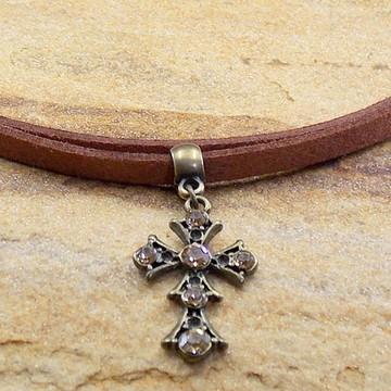 Gargantilha de couro dupla com cruz
