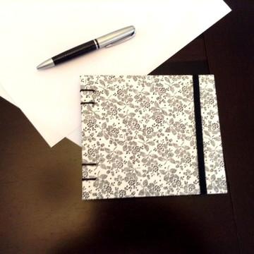 Caderno espiral florzinhas pretas