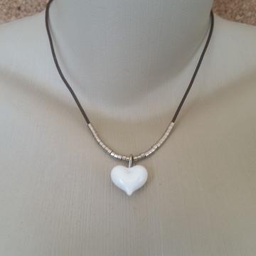Colar couro com Coração Branco