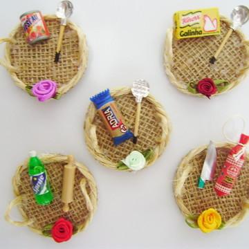 Mini bandeja de juta com miniaturas - Lembrancinha imã