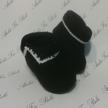 Sapatinho de crochê preto e branco