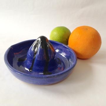 Espremedor de frutas manual azul escuro
