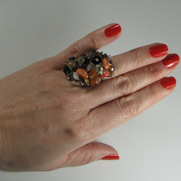 Anel de coral, cristal, olho-de-tigre