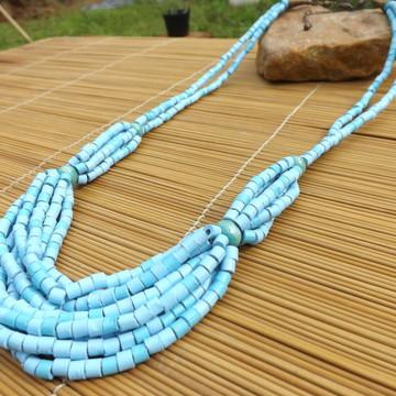 Colar de cerâmica azul