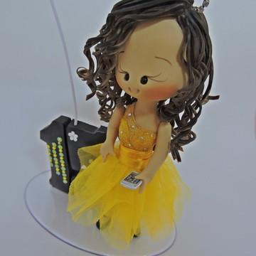 Debutante com celular vestido laranjado