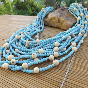 Colar azul com sementes de açaí