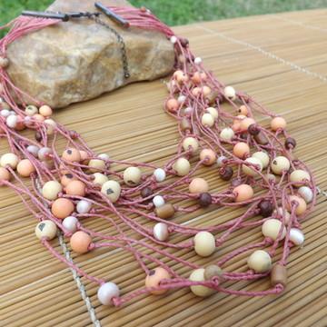 Colar de cordão rosa com sementes