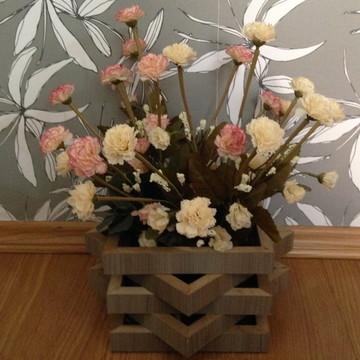 Vaso de madeira com arranjo artificial