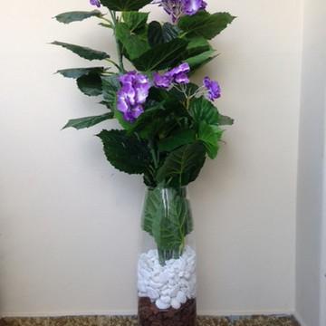 Vaso de vidro com flores artificiais