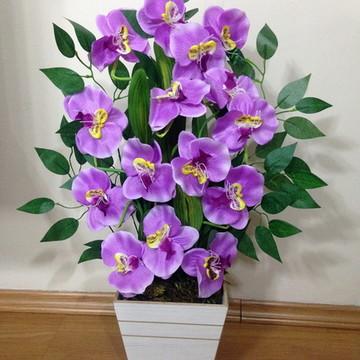 Vaso em MDF com orquídeas artificiais