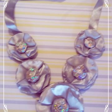 max colar flor cetim