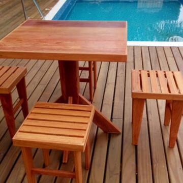 Lindo conjunto de mesa e bancos/móveis d