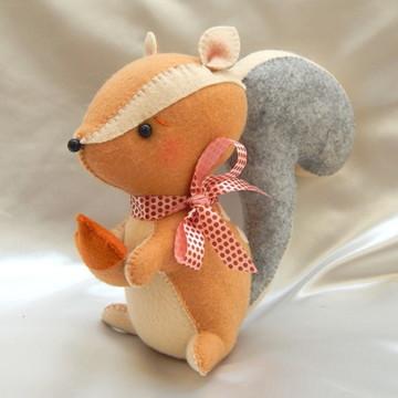 Esquilo em Feltro com Avelã - 20 cm