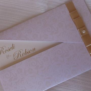 Convite em papel perolado dourado