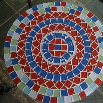 Tampo de mesa lateral em mosaico de vidro colorido