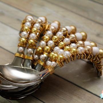 Colher curva decorada dourada com branco