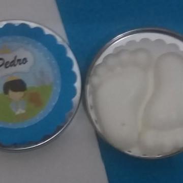 latinha com mini sabonete pezinho