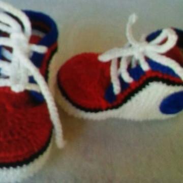 Sapatinho masculino de crochê para bebê