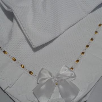 Manta para bebê com detalhes dourados
