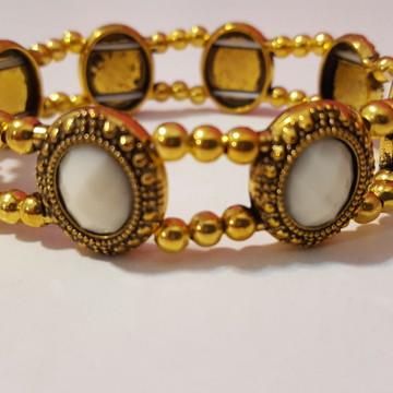 Bracelete Dourado com Cabochão Branco