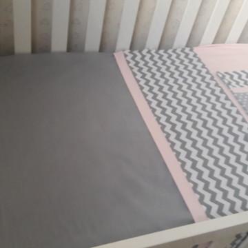 Kit protetor berço chevron cinza rosa
